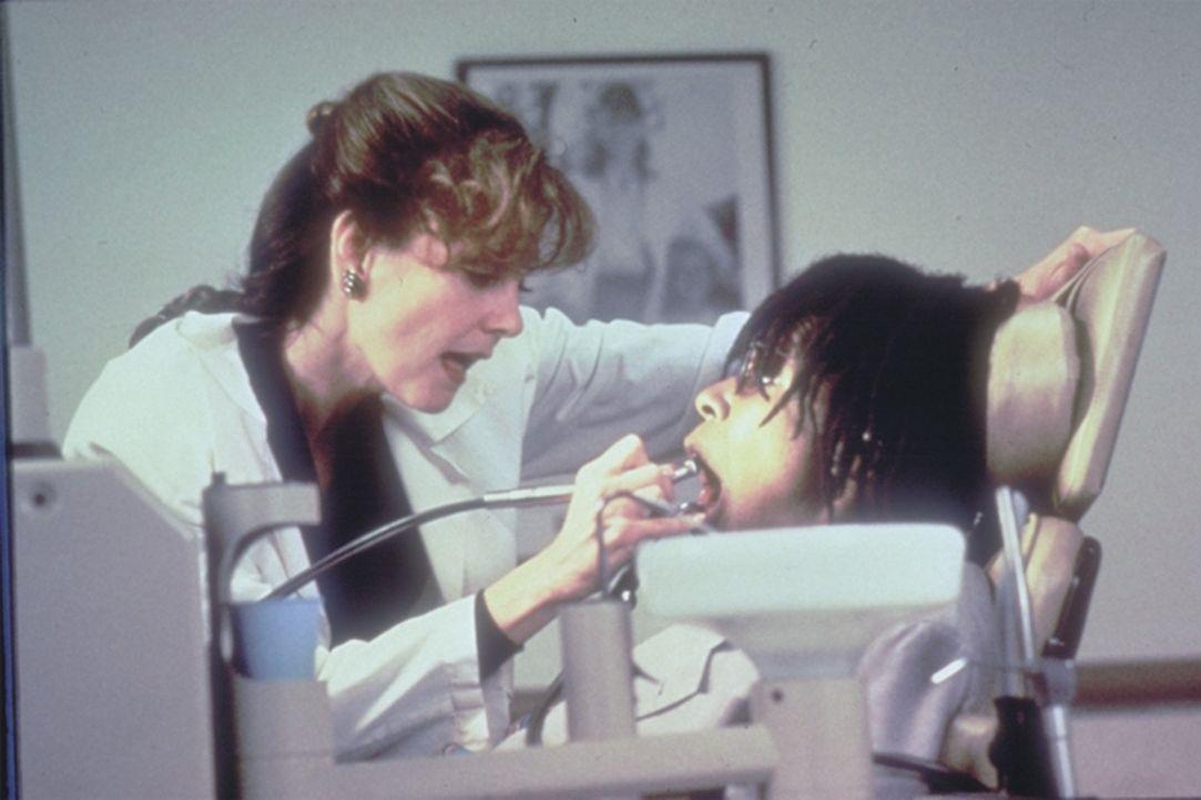 Bei einem Zahnarztbesuch macht Dr. Sheldrake (Lesley Ann Warren, l.) Bernie (Whoopi Goldberg, r.) einen unwiderstehlichen Vorschlag ... - Bildquelle: Warner Bros.