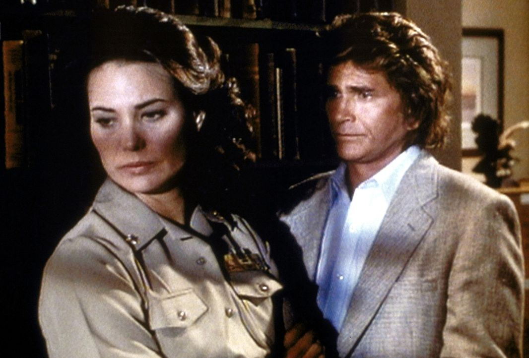 Commander Kimberly Michaels (Christina Raines, l.) erzählt Jonathan (Michael Landon, r.), was sie belastet. - Bildquelle: Worldvision Enterprises, Inc.