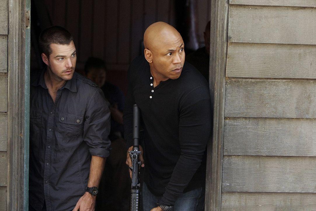 Undercover ermitteln Special Agent G. Callen (Chris O'Donnell, l.) und Special Agent Sam Hanna (LL Cool J, r.) in einem neuen Fall ... - Bildquelle: CBS Studios Inc. All Rights Reserved.