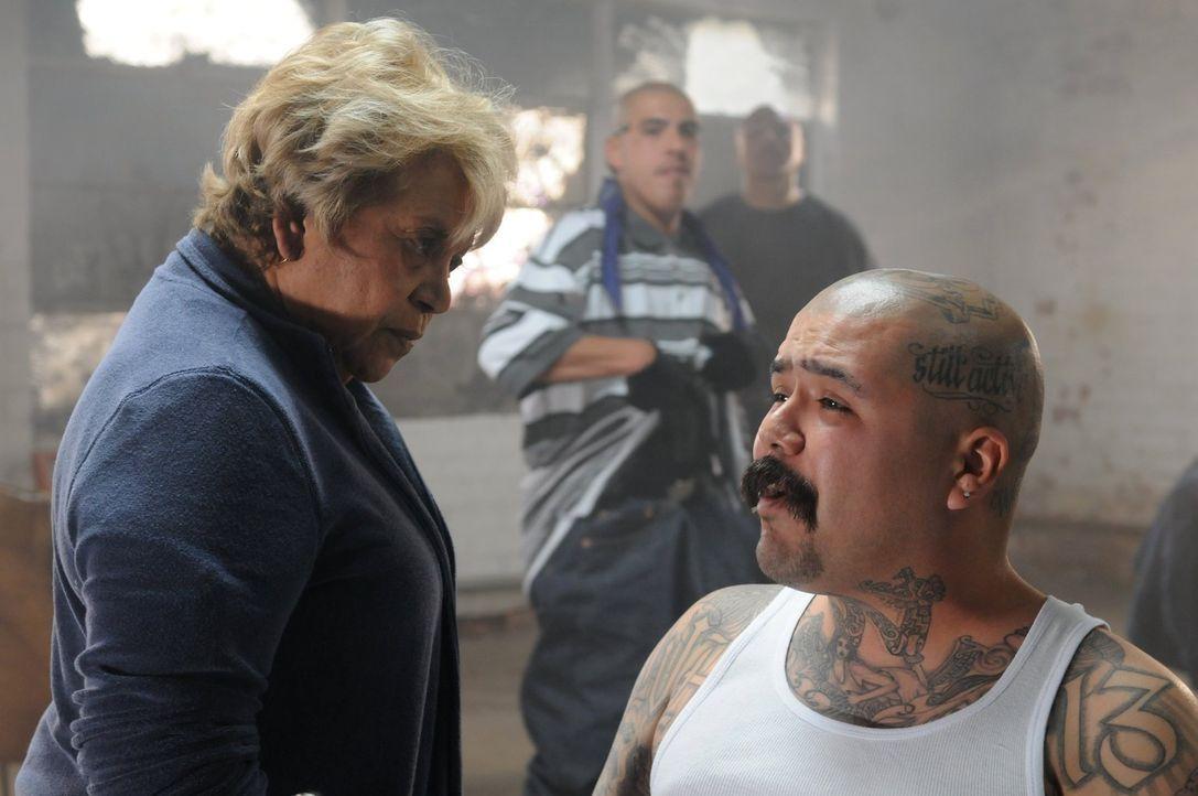 Die skrupellose Bandenchefin Marta Ruiz (Lupe Ontiveros, l.) setzt Chuco (Jacob Munoz, r.) gewaltig unter Druck, schließlich läuft Janila, die  Zeug... - Bildquelle: Warner Brothers