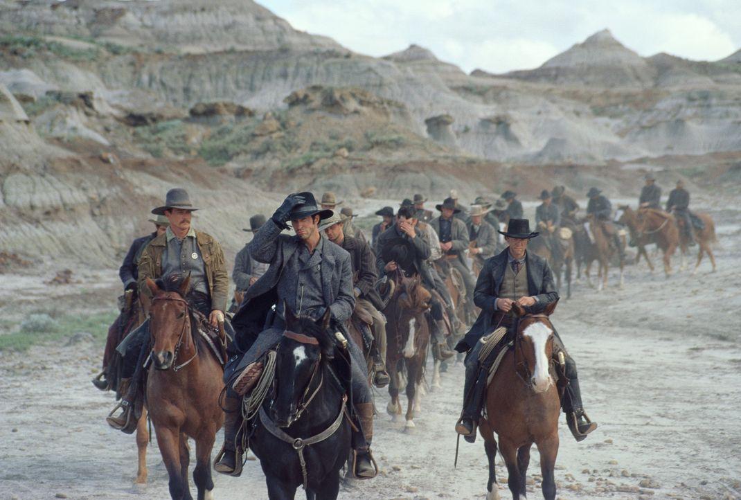 Kriegsveteran McNelly (Dylan McDermott, M.) bildet eine Gruppe Greenhorns (Robert Patrick, l. und Randy Travis, r.) zu den legendären Texas Rangers... - Bildquelle: Kinowelt GmbH