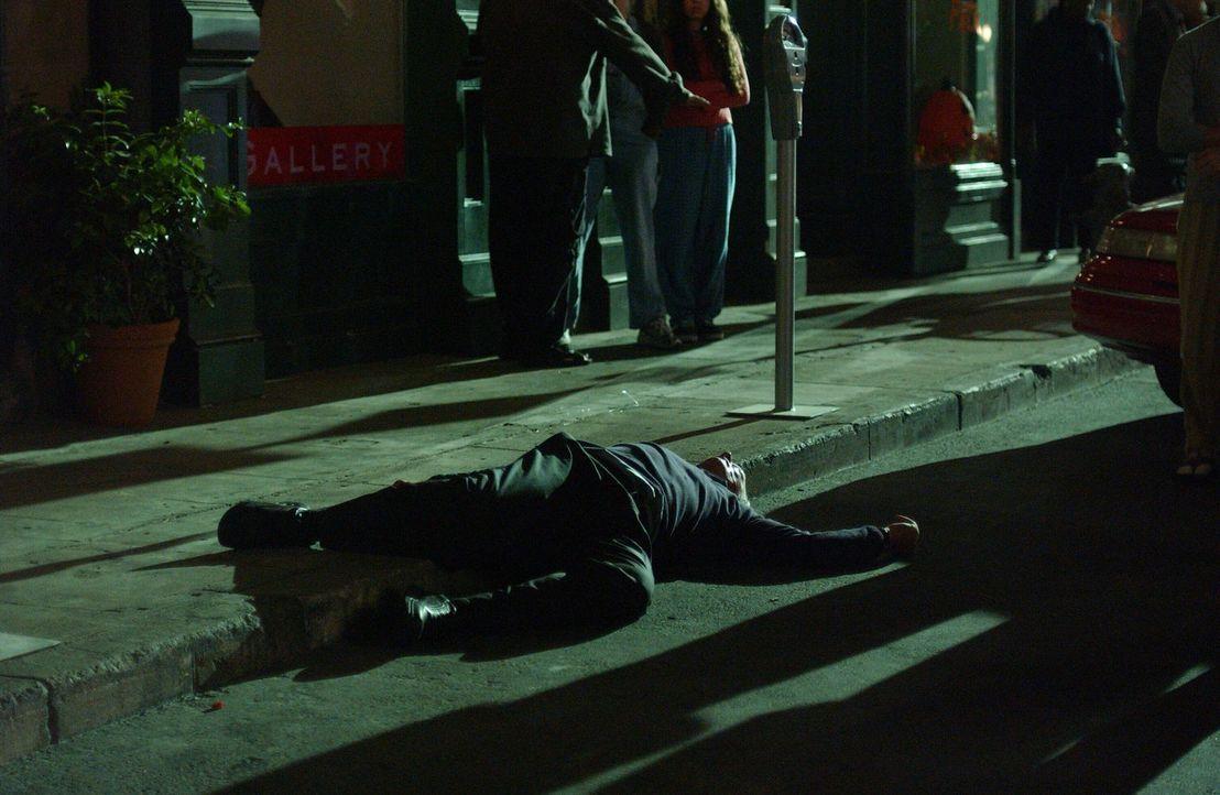 Das Ende einer grausamen Mordserie? Graham Spaulding (Conor O'Farrell) liegt erschossen auf der Erde ... - Bildquelle: Warner Bros. Entertainment Inc.