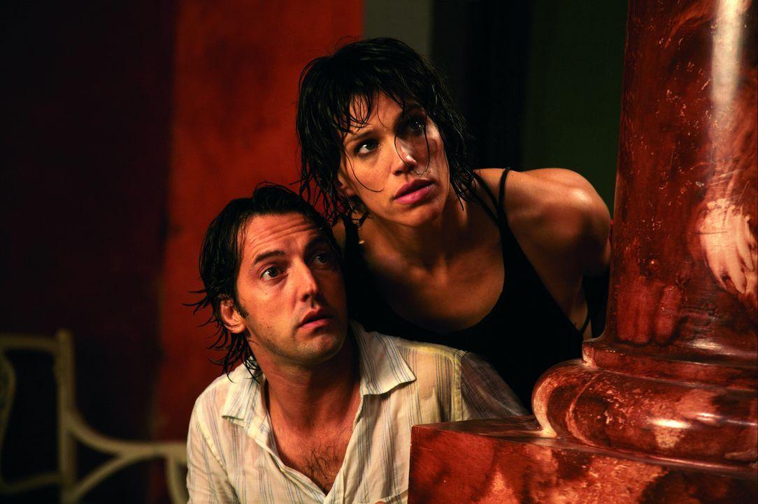Erst will Petra (Emma Sjöberg-Wiklund, r.) ihren Émilien (Frédéric Diefenthal, l.) foltern, dann nimmt dieser seine Frau als Geisel. Das muss ja... - Bildquelle: Europa Corp