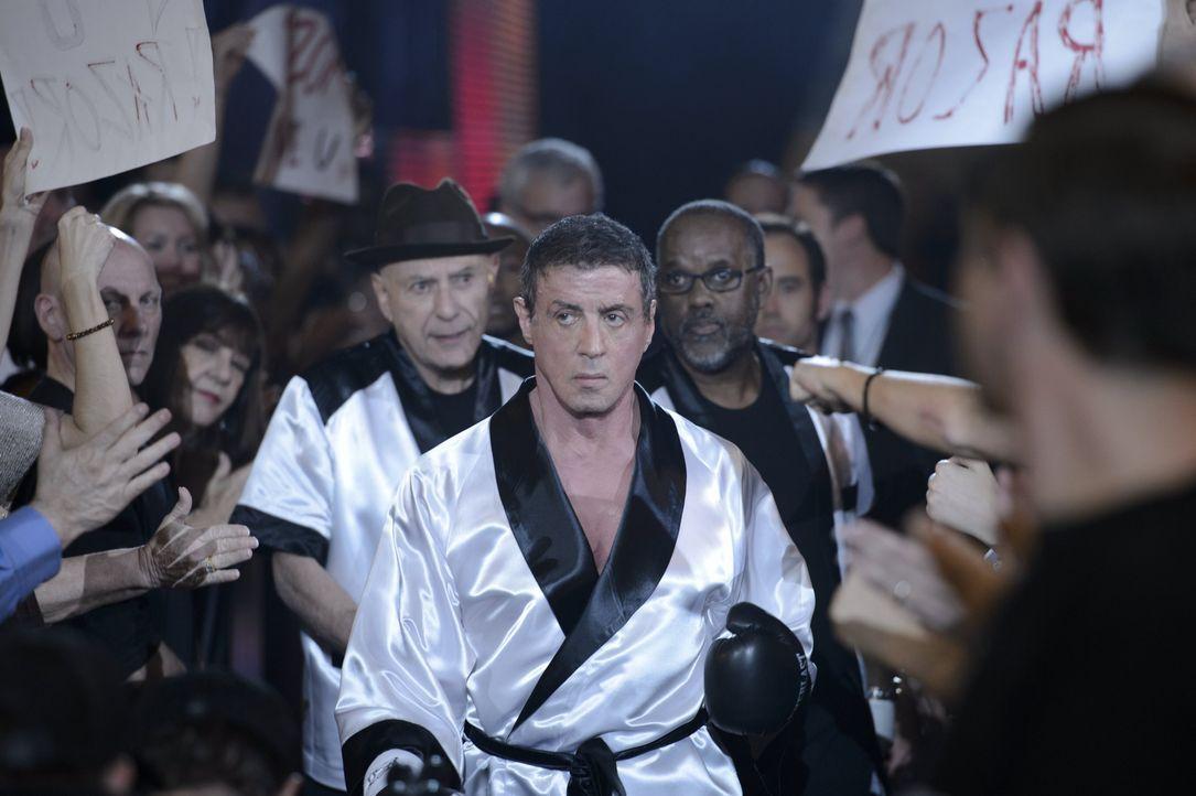"""Damals trat der Boxer Henry """"Razor"""" Sharp (Sylvester Stallone, M.) vom entscheidenden Kampf gegen seinen Erzfeind Billy """"The Kid"""" McDonnen zurück. N... - Bildquelle: 2013 Warner Brothers"""