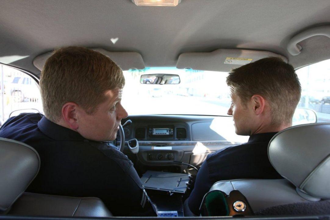 Officer John Cooper (Michael Cudlitz, l.) und Officer Ben Sherman (Benjamin McKenzie, r.) werden an ein Filmset gerufen, wo eine Prostituierte einen... - Bildquelle: Warner Brothers