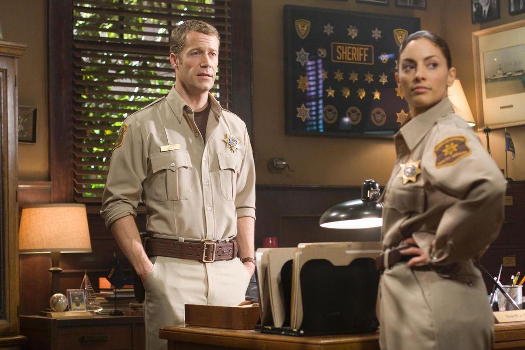 Während Carter (Colin Ferguson, l.) und Jo (Erica Cerra, r.) mit ihren Gefühlen zu kämpfen haben, kommen Allison und Fargo mit der neuen Parallelgeg... - Bildquelle: Universal Television