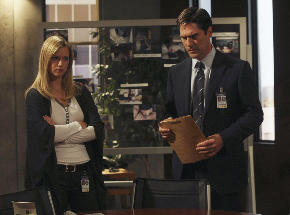 Noch tappen JJ (A.J. Cook, l.) und Hotch (Thomas Gibson, r.) im Dunkeln ... - Bildquelle: Touchstone Television