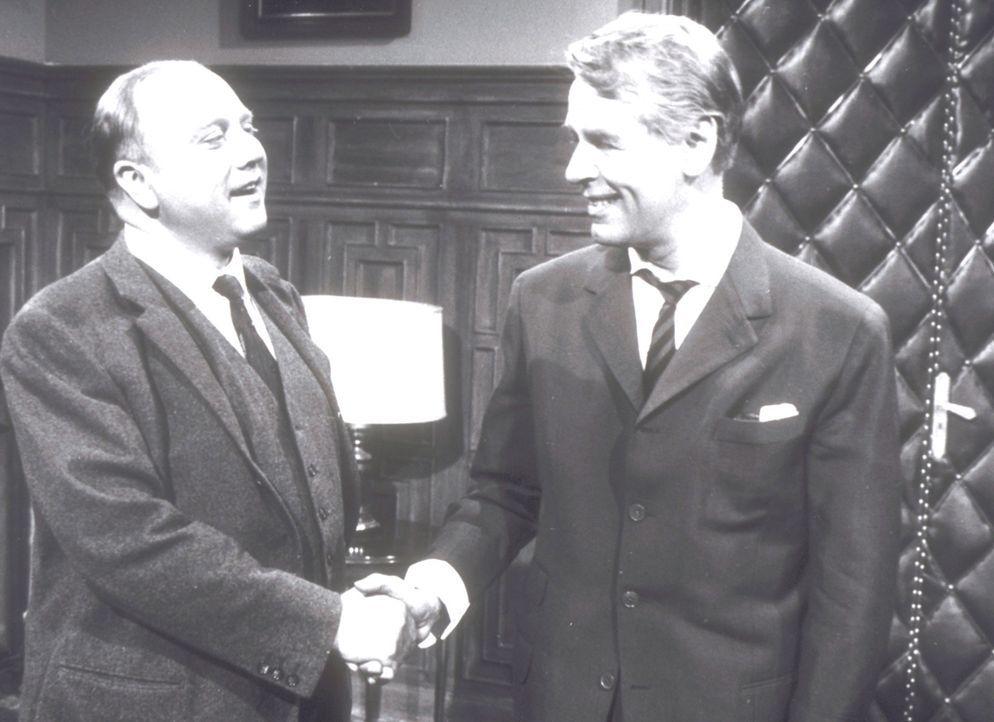 Mr. Osborne (Werner Peters, l.) fordert Wellby (O.W. Fischer, r.) auf, die Berichterstattung über die Morde einzustellen.