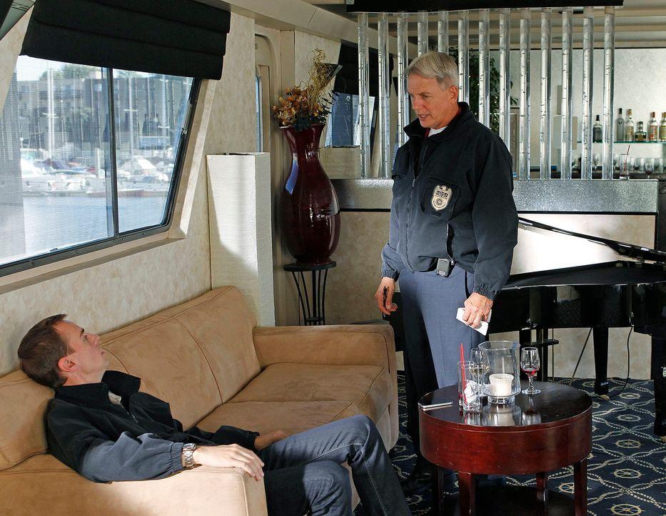 Als Marine First Lieutenant Jeremy Nolan an Bord eines Dinner-Schiffes, wo man seine Heimkehr aus Afghanistan feiert, erschossen wird, werden Gibbs... - Bildquelle: CBS Television