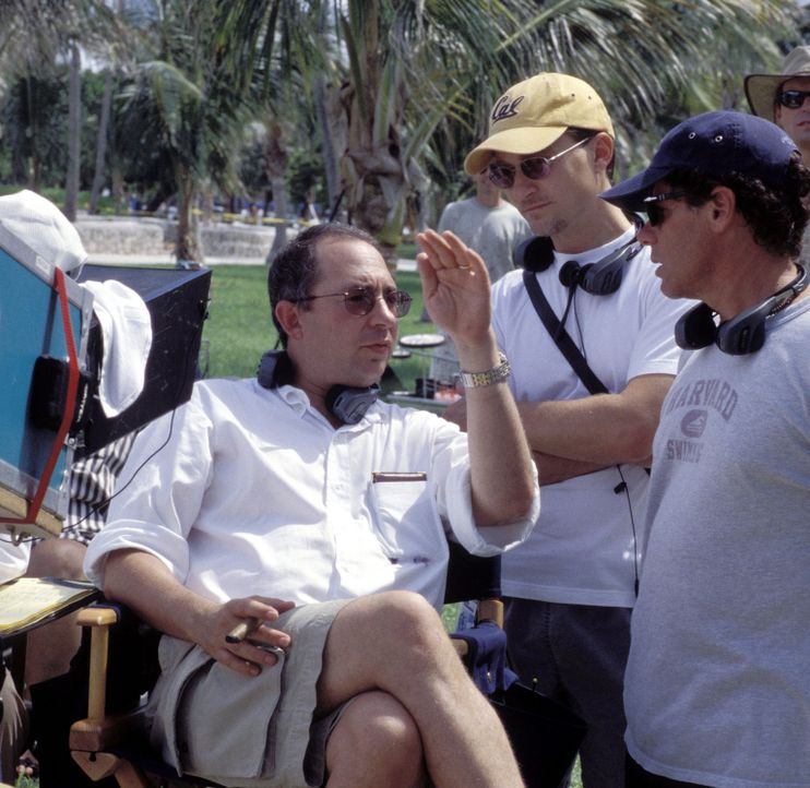 Diskussion am Set: Regisseur Barry Sonnenfeld, l.  und sein Producer Barry Josephson, M. - Bildquelle: Touchstone Pictures