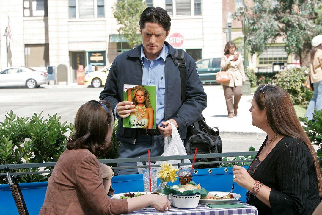 Josie (Debi Mazar, l.) und Delia (Camryn Manheim, r.) wissen nicht so recht, was sie von Jim Clancys (David Conrad, M.) Geschichte halten sollen ... - Bildquelle: ABC Studios