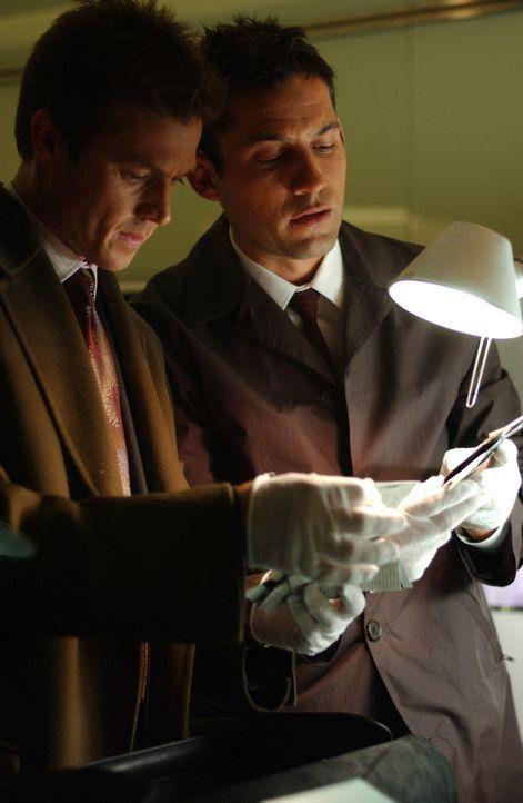Martin Fitzgerald (Eric Close, l.) und Danny Taylor (Enrique Murciano, r.) nehmen die Beweismittel genau unter die Lupe ... - Bildquelle: Warner Bros. Entertainment Inc.
