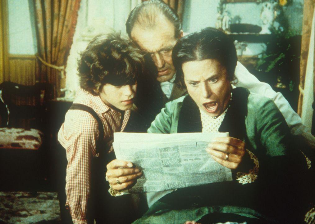Willie (Jonathan Gilbert, l.), Mr. Oleson (Richard Bull, M.) und Mrs. Oleson (Katherine MacGregor, r.) sind entsetzt über einen Bericht in der Zeit... - Bildquelle: Worldvision