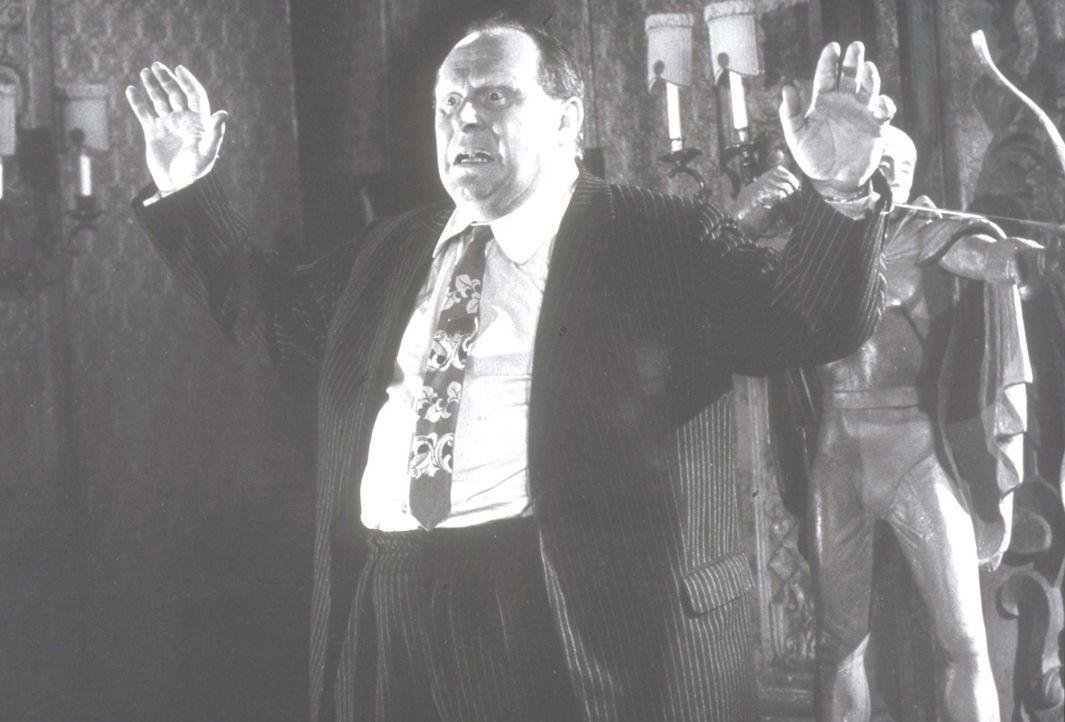Auge in Auge mit dem grünen Bogenschützen. Abel Bellamy (Gert Fröbe) ist ein Opfer des Unbekannten ... - Bildquelle: Constantin Film
