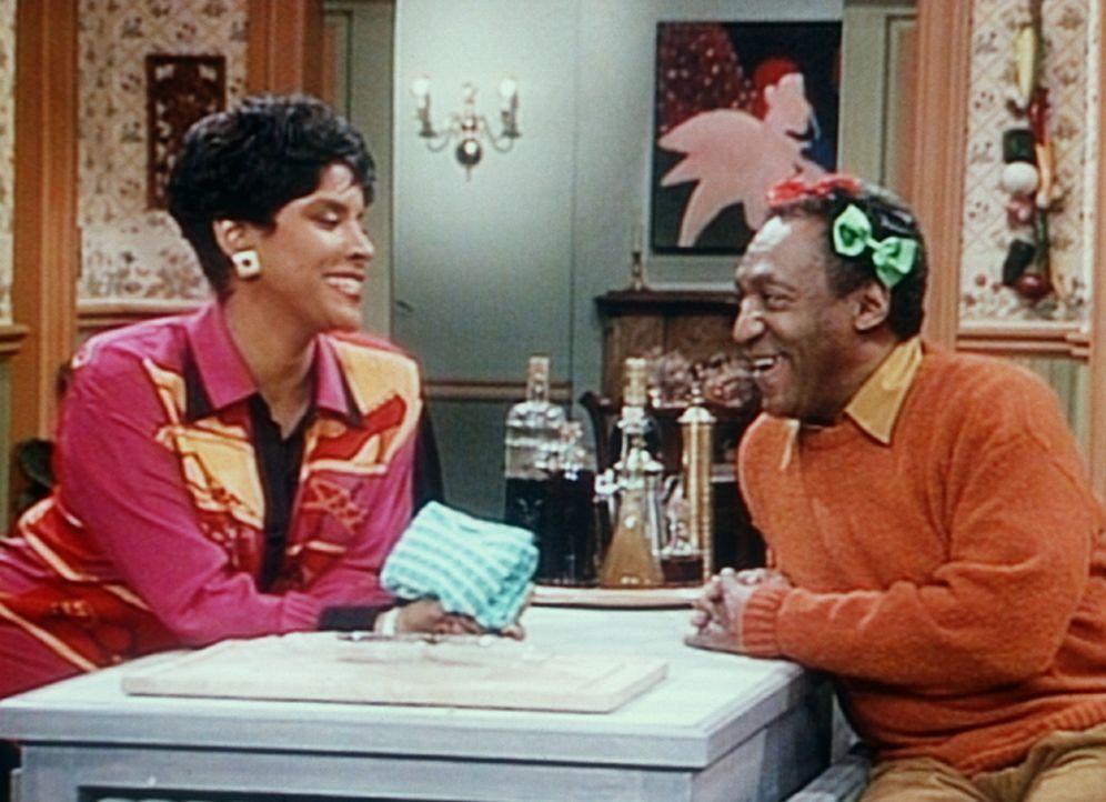 """Clair (Phylicia Rashad, l.) ist begeistert von Cliffs (Bill Cosby, r.) neuer Frisur, die ihm """"Madam"""" Olivia gemacht hat. - Bildquelle: Viacom"""