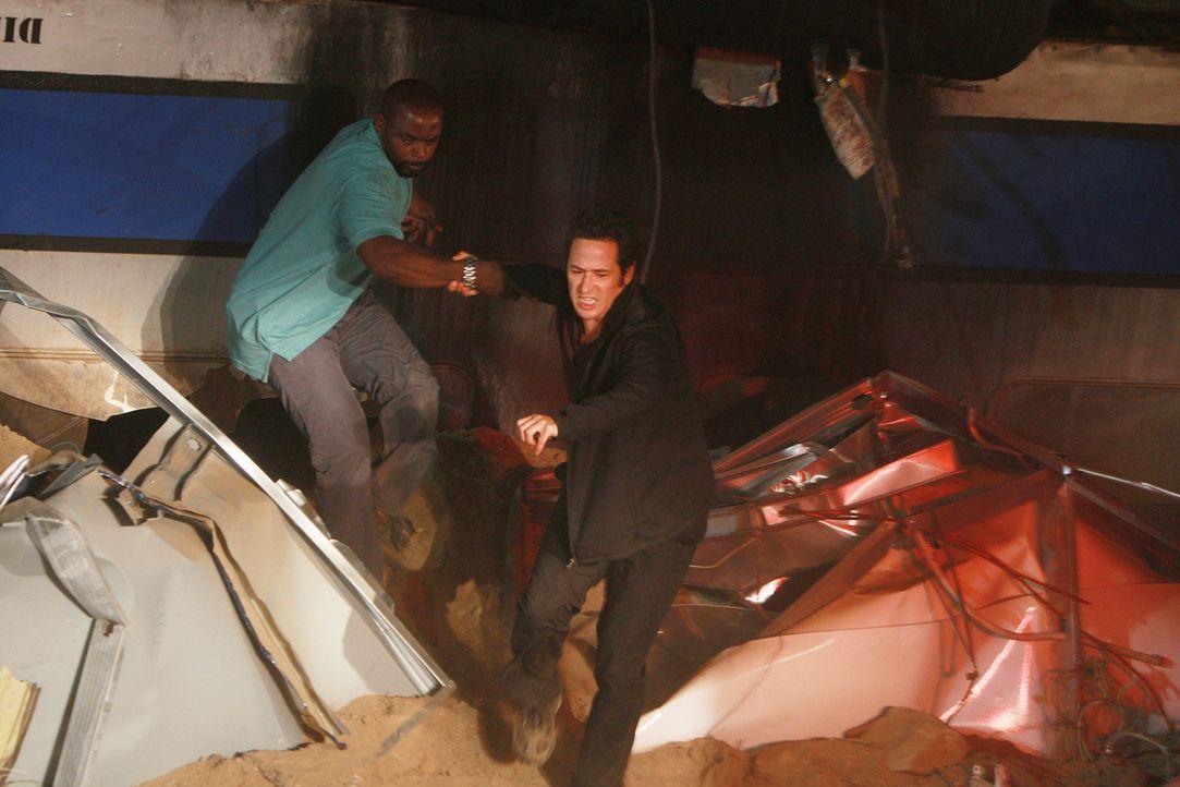 Versuchen die Verunglückten aus dem Personenzug zu bergen: David (Alimi Ballard, l.) und Don (Rob Morrow, r.) ... - Bildquelle: Paramount Network Television