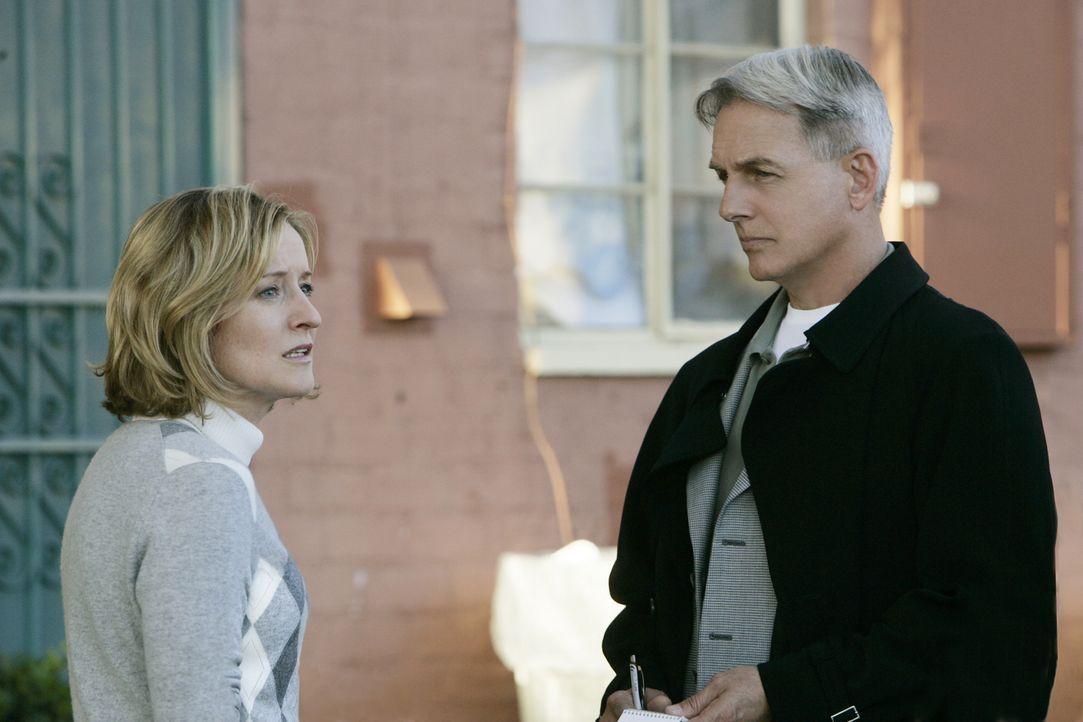 Die Sozialarbeiterin Maggie Scott (Kari Coleman, l.) ist von der Unschuld Tomás' überzeugt, doch im Verhör mit Gibbs (Mark Harmon, r.) und Franks ve... - Bildquelle: CBS Television