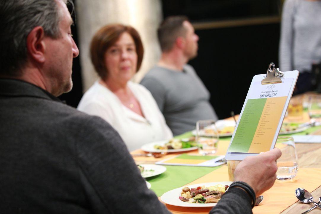 Drei Feinschmecker bewerten die zubereiteten Gerichte. Wer hat besser gekocht? Wurden alle eingekauften Zutaten verwendet? Welcher Spitzenkoch gewin... - Bildquelle: Perez Prada kabeleins