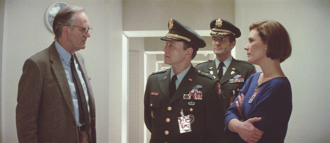 Der hemmungslose Wissenschaftler Dr. Stewart (Josef Sommer, l.) erteilt seinen Angestellten den Auftrag, den 12-jährigen Androiden Daryl zu töten... - Bildquelle: Paramount Pictures