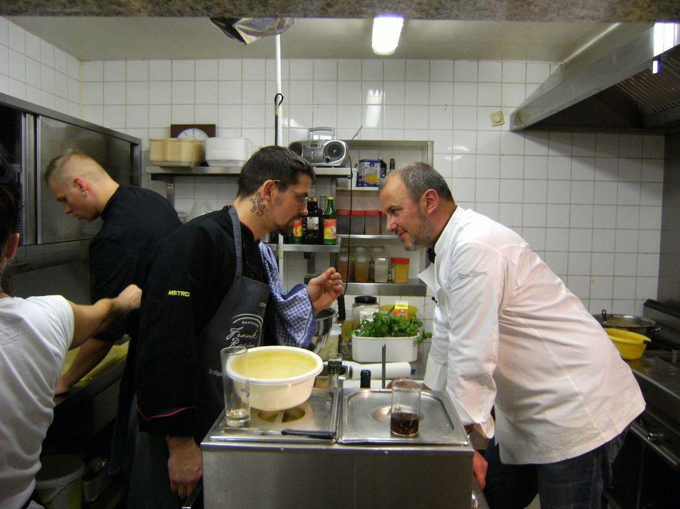 Wird Küchenchef Uwe Kayser (2.v.r.) sie Tipps von Sternekoch Frank Rosin (r.) annehmen? - Bildquelle: kabel eins/ Imago TV