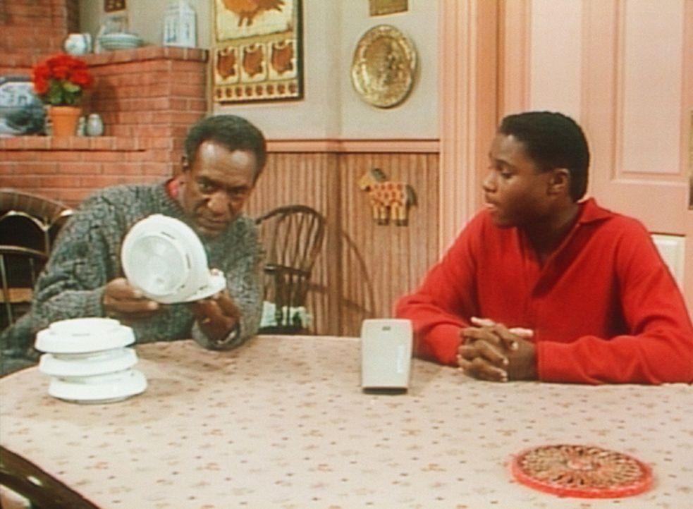 Theo (Malcolm-Jamal Warner, r.) hat in der Schule alles über Brandschutz gelernt und überprüft nun mit Cliff (Bill Cosby, l.) die Rauchmelder zu... - Bildquelle: Viacom