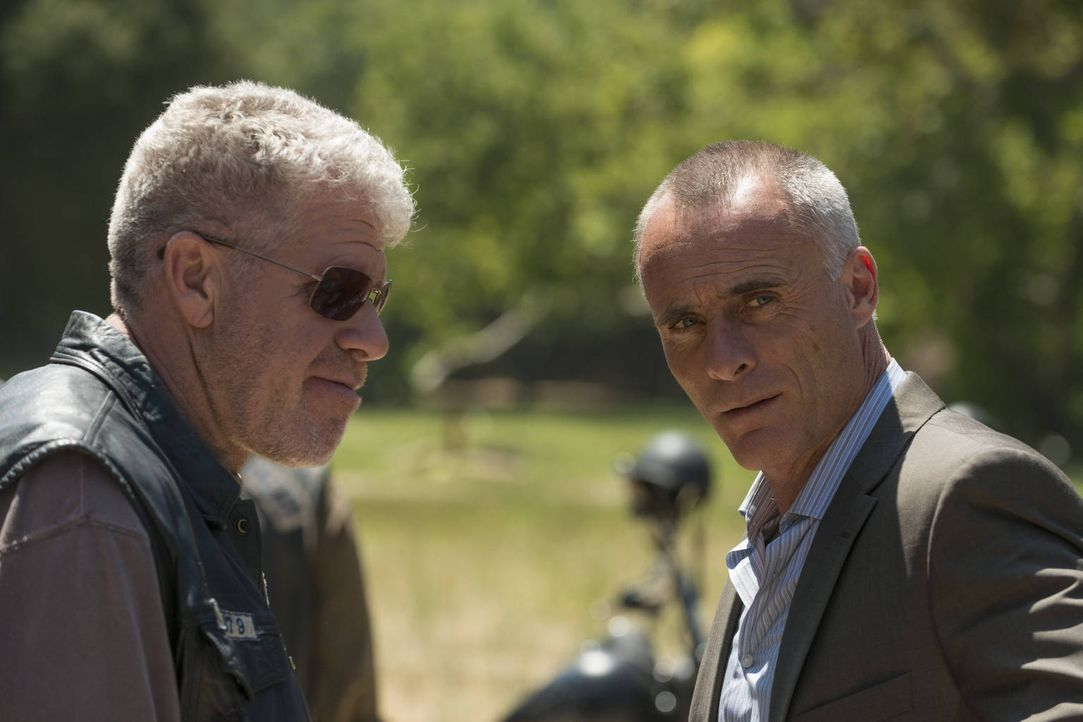 Die Geschäftsbeziehung, die Clay (Ron Perlman, l.) mit Gaalan (Timothy V. Murphy, r.) eingegangen ist, bringt einige Probleme mit sich ... - Bildquelle: 2012 Twentieth Century Fox Film Corporation and Bluebush Productions, LLC. All rights reserved.
