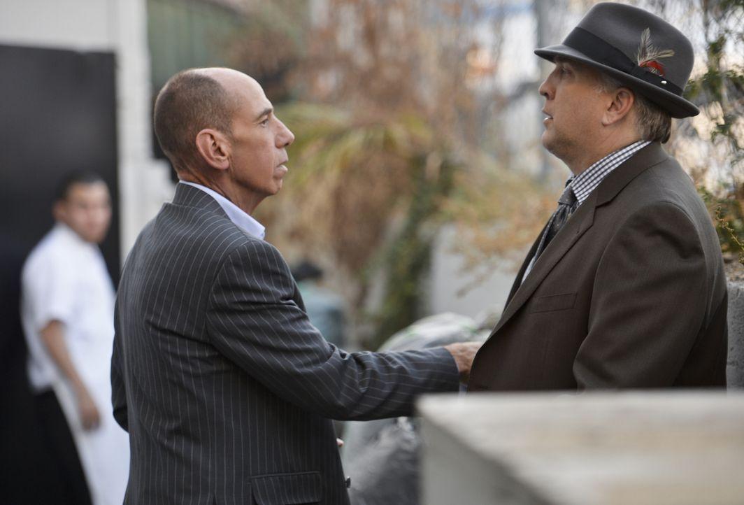 Hat das Team um Granger (Miguel Ferrer, l.) mit Daniel Roebuck (Paul Barnes, l.) den richtigen Mörder gefunden? - Bildquelle: CBS Studios Inc. All Rights Reserved.