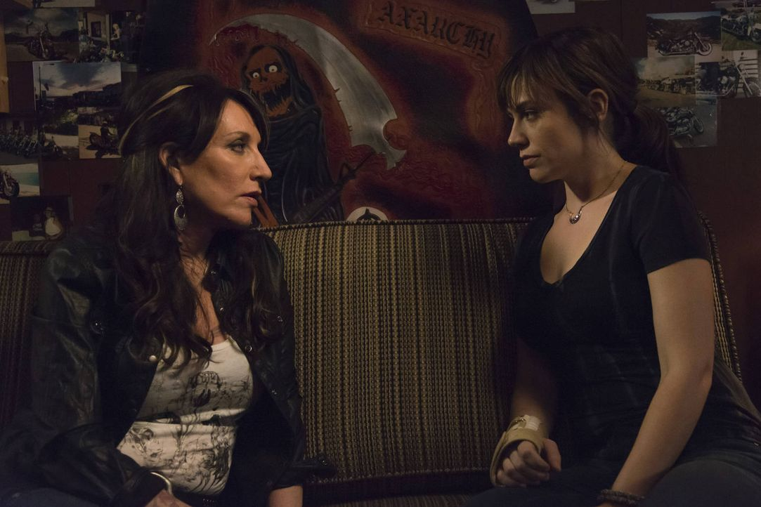 "Kann Gemma (Katey Sagal, l.) der neuen ""Königin"" Tara (Maggie Siff, r.) wertvolle Tipps geben? - Bildquelle: 2012 Twentieth Century Fox Film Corporation and Bluebush Productions, LLC. All rights reserved."