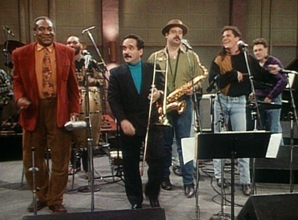 Cliff (Bill Cosby, l.) ist zu einem Radioauftritt von Willie Colon (M.) in den Sender eingeladen worden. Doch anstatt nur zuzusehen, macht er gleich... - Bildquelle: Viacom