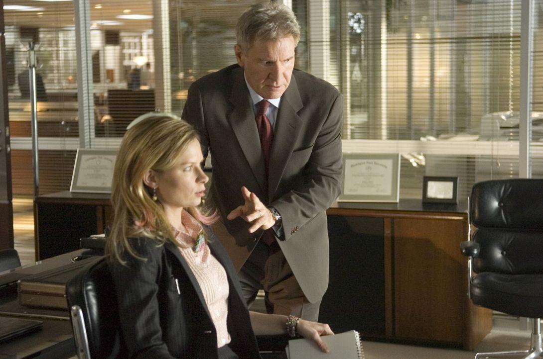 Um seine Familie zu retten, benötigt Jack Stanfield (Harrison Ford, r.) die Hilfe von seiner Assistentin Janet Stone (Mary Lynn Rajskub, l.), die je... - Bildquelle: Warner Bros. Pictures