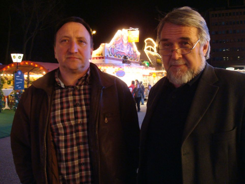Manfred Bornholdt (r.) und Thomas Lange (l.) vom Eichamt Hamburg kontrollieren auf dem Volksfest einen Süßigkeiten-Händler, der beim Wiegen schummel... - Bildquelle: kabel eins