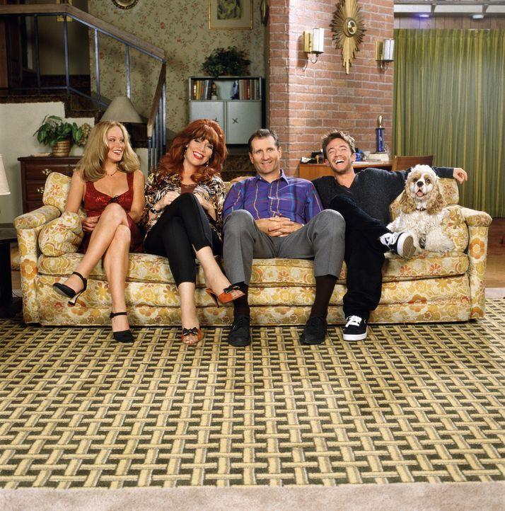 (10. Staffel) - Eine schrecklich nette Familie (v.l.n.r.): Kelly (Christina Applegate), Peggy (Katey Sagal), Al (EdO'Neil) und Bud (David Faustino) - Bildquelle: Sony Pictures Television International. All Rights Reserved.