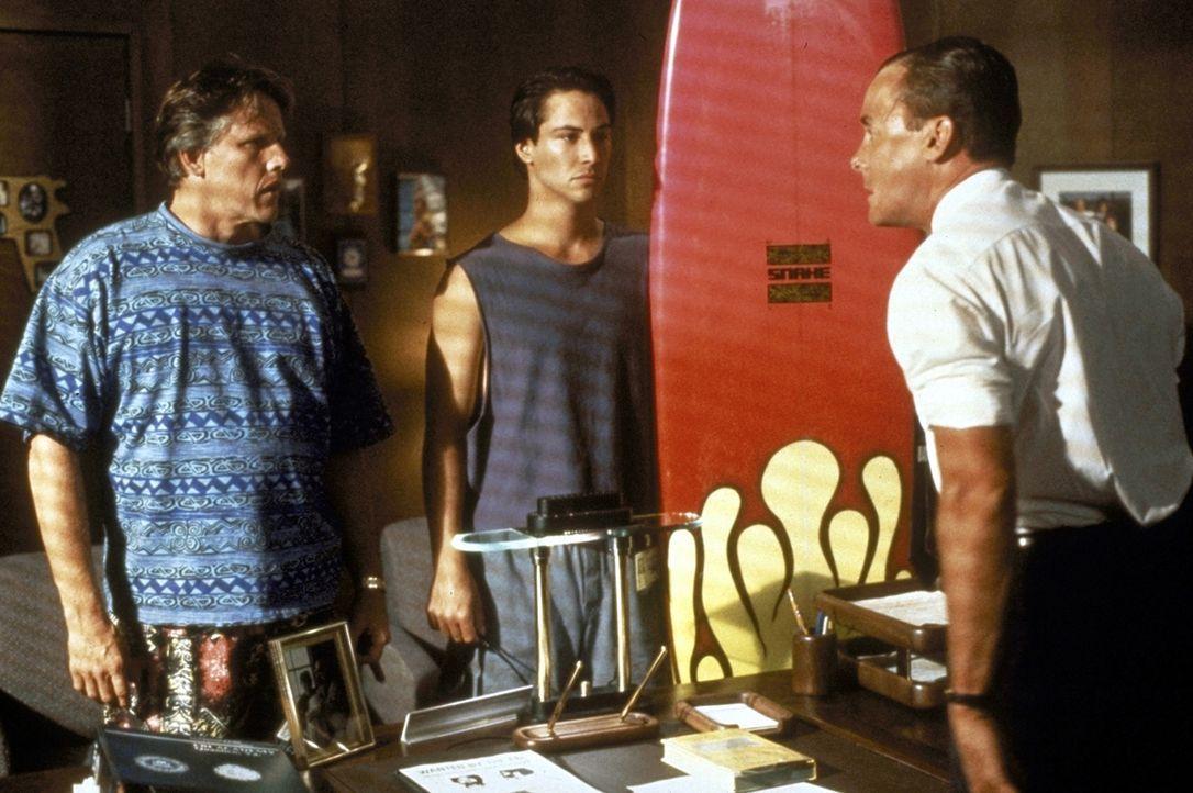 Die Polizisten Ben Harp (John C. McGinley, r.) und Pappas (Gary Busey, l.) setzen den jungen FBI-Agenten Johnny Utah (Keanu Reeves, M.) auf die Surf... - Bildquelle: Largo International N.V. All rights reserved.