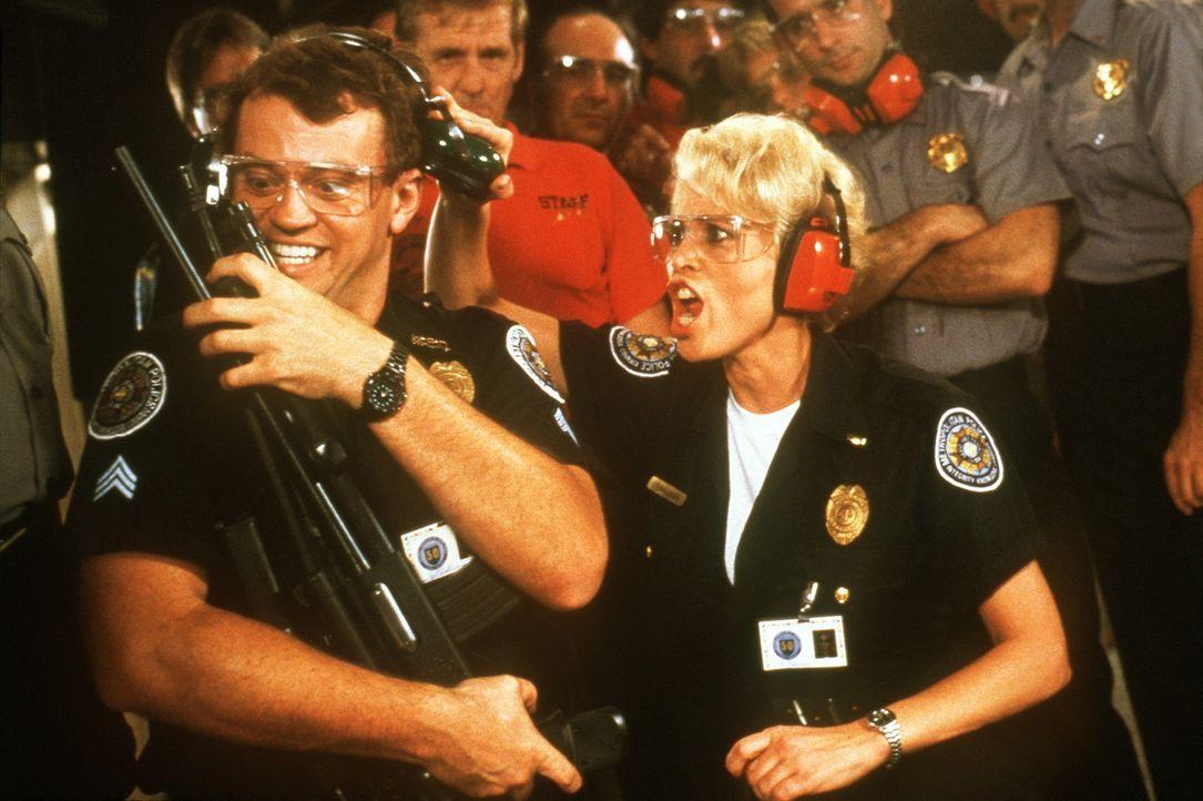 Proben für den Ernstfall: Lieutenant Debbie Callahan (Leslie Easterbrook, r.) und Tackleberry (David Graf, l.) ... - Bildquelle: Warner Bros.