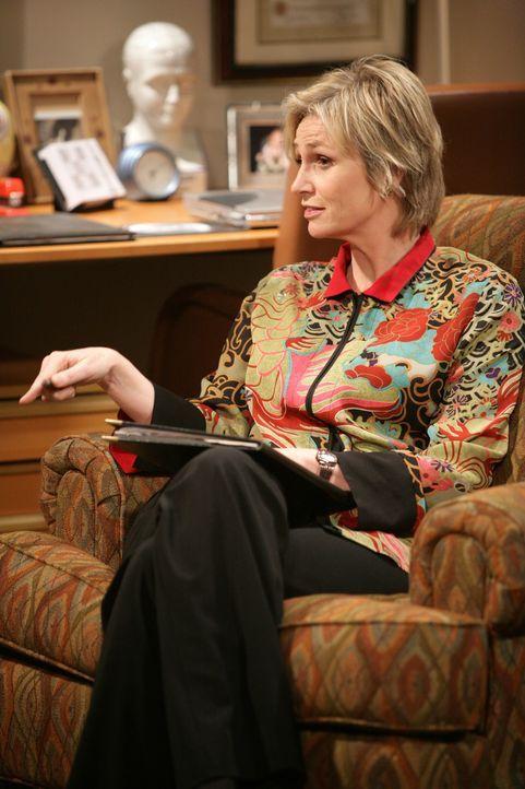 Will Charlie keine Beruhigungspillen verschreiben: seine Psychiaterin Dr. Freeman (Jane Lynch) ... - Bildquelle: Warner Brothers Entertainment Inc.