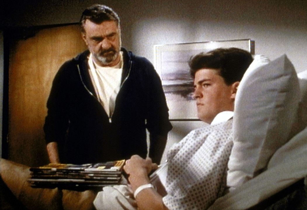 David (Matthew Perry, r.) teilt Mark (Victor French, l.) mit, dass er herausfinden möchte, wer seine wahren Eltern sind. - Bildquelle: Worldvision Enterprises, Inc.
