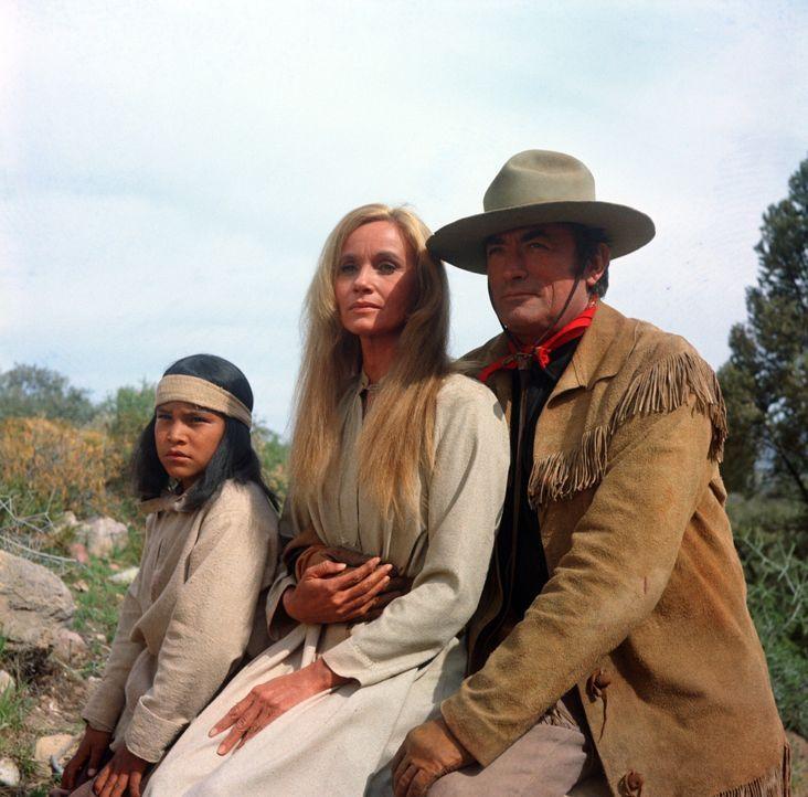 Army-Scout Sam Varner (Gregory Peck, r.) bietet der jungen Weißen Sarah (Eva Marie Saint, M.) und ihrem Halbblut-Sohn (Noland Clay, l.) Schutz vor...