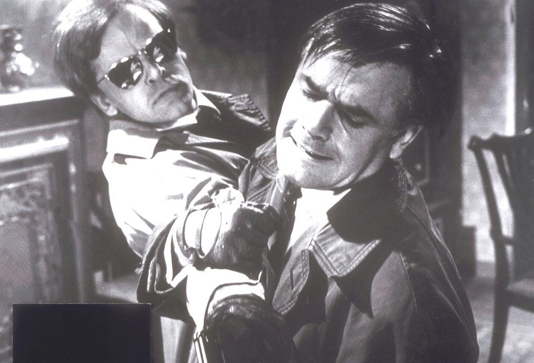 Im Kampf: Edgar (Klaus Kinski, l.) und Inspektor Holt (Joachim Fuchsberger, r.) ...
