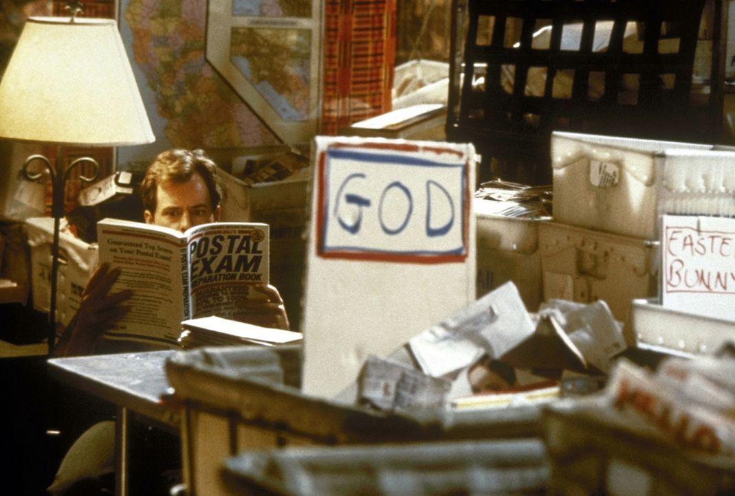 Arbeitsbeschaffungsmaßnahme: In einer kleinen Poststelle beantwortet ein skurriles Team Briefe, welche beispielsweise an Elvis Presley, den Weihnac...