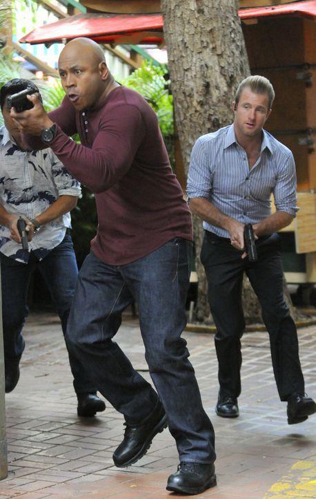 Um einen Fall zu lösen, setzen Sam (LL Cool J, l.) und Danny (Scott Caan, r.) ihr eigenes Leben aufs Spiel ... - Bildquelle: TM &   CBS Studios Inc. All Rights Reserved.