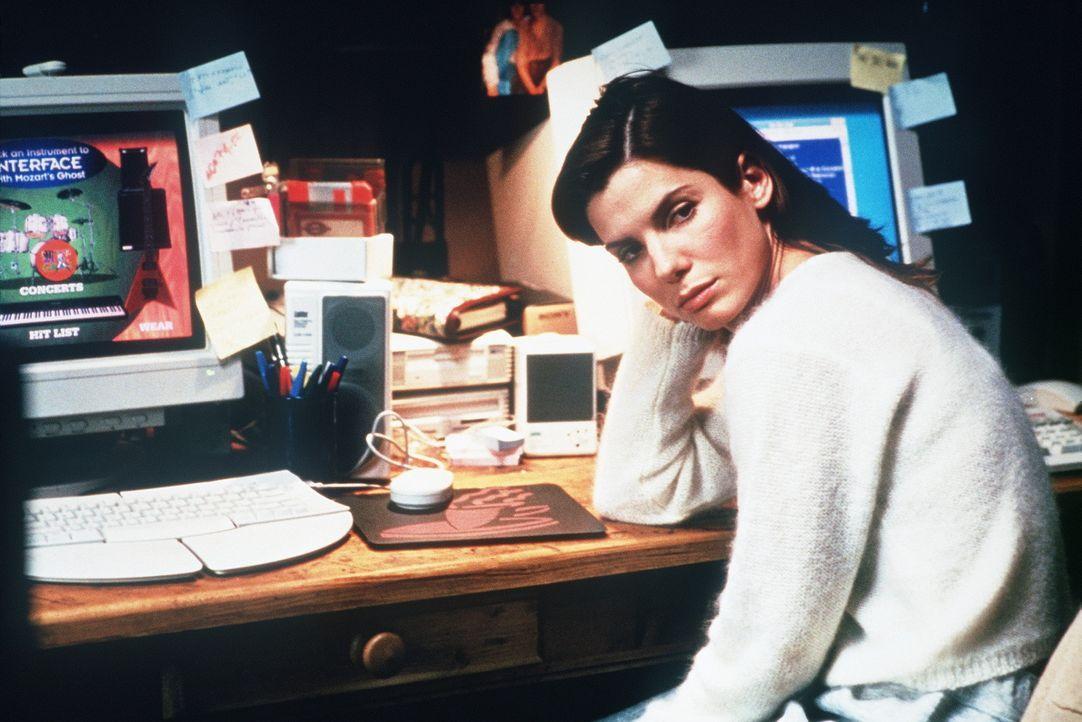 Zu Hause macht die Computer- und Virus-Spezialistin Angela Bennett (Sandra Bullock) eine grauenvolle Entdeckung: ihre persönlichen Daten und ihre F... - Bildquelle: Columbia Pictures Corporation