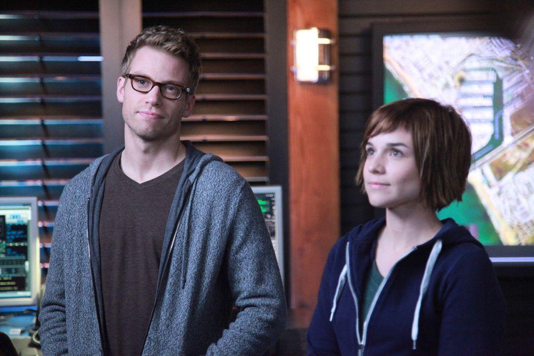 Bei den Ermittlungen: Eric (Barrett Foa, l.) und Nell (Renée Felice Smith, r.) ... - Bildquelle: CBS Studios Inc. All Rights Reserved.