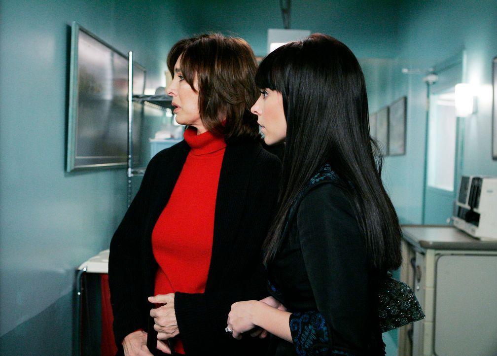 Beth Gordon (Anne Archer, l.) holt ihre Tochter Melinda Gordon (Jennifer Love Hewitt, r.) aus dem Krankenhaus ab. - Bildquelle: ABC Studios