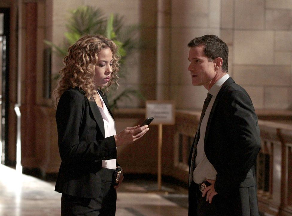 Ermitteln in einem neuen Fall: Al Burns (Dylan Walsh, r.) von der Abteilung für Schwerverbrechen und Cherie Rollins-Murray (Tawny Cypress, l.) vom F... - Bildquelle: 2013 Sony Pictures Television Inc. All Rights Reserved.
