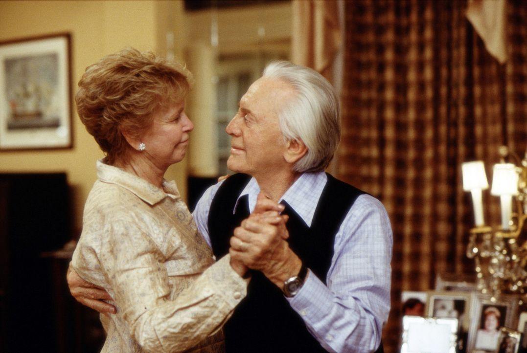 Immer wieder muss Evelyn (Diane Douglas, l.) zwischen ihrem Gatten (Kirk Douglas, r.) und ihrem Sohn vermitteln ... - Bildquelle: Buena Vista International