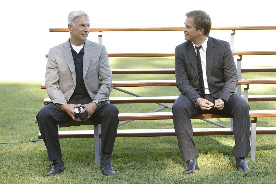 Nach all dem, was geschehen ist, macht sich Gibbs (Mark Harmon, l.) Sorgen um Tony (Michael Weatherly, r.) ... - Bildquelle: CBS Television