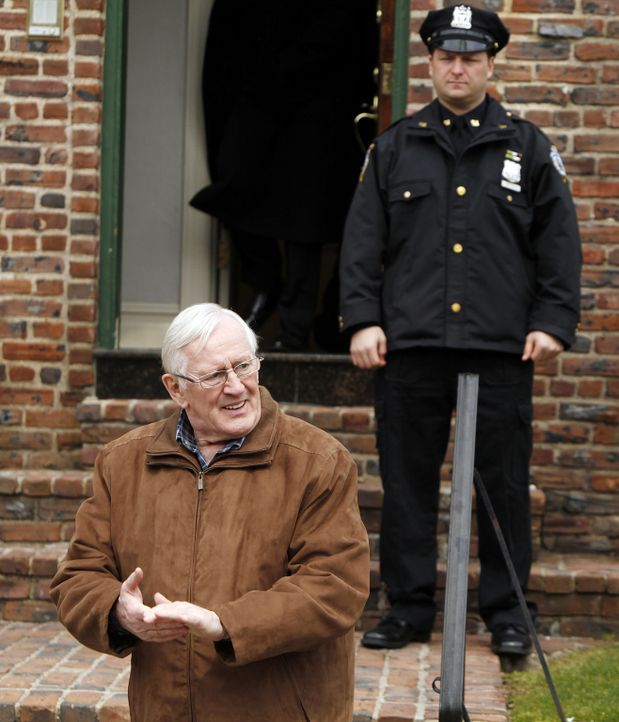 Henry (Len Cariou, l.) ist geschockt als er erfährt, dass Nachbarn grausam ermordet wurden ... - Bildquelle: 2010 CBS Broadcasting Inc. All Rights Reserved