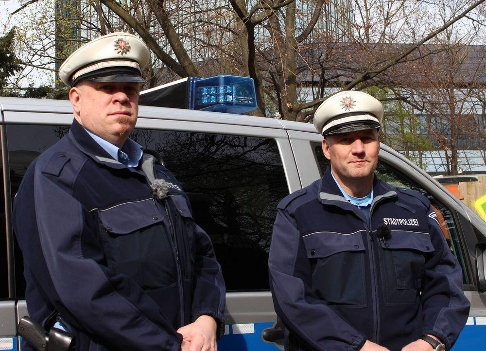 (6. Staffel) - Mein Revier - Ordnungshüter räumen auf: Manuel Seyfried (l.) und Christian Pysch (r.) von der Stadtpolizei Frankfurt ... - Bildquelle: kabel eins