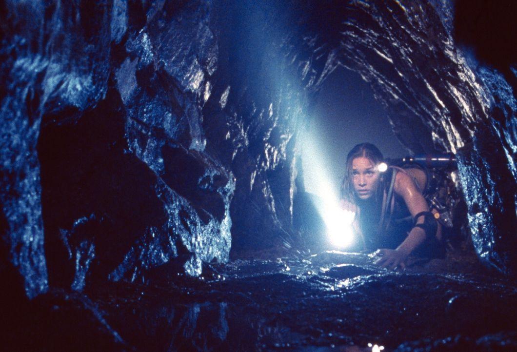 """Schon bald muss Charlie (Piper Perabo) erkennen, dass ihre Truppe anscheinend nicht allein in den Höhlen ist. Da kommt es zu ersten """"Unfällen"""" ... - Bildquelle: Cos Aelenei 2005 Cineblue Internationale Filmproduktionsgesellschaft MbH & Co. 1. Beteiligungs KG.  All Rights Reserved."""