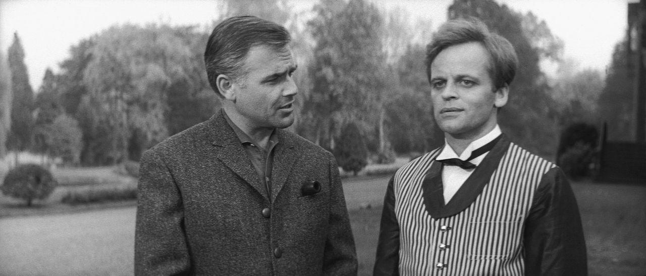 Thomas Fortuna (Klaus Kinski, r.) und Dick Alford (Joachim Fuchsberger, l.) passt es gar nicht, dass sich zwei Herren vom Scotland-Yard nahe der Fos... - Bildquelle: Constantin Film